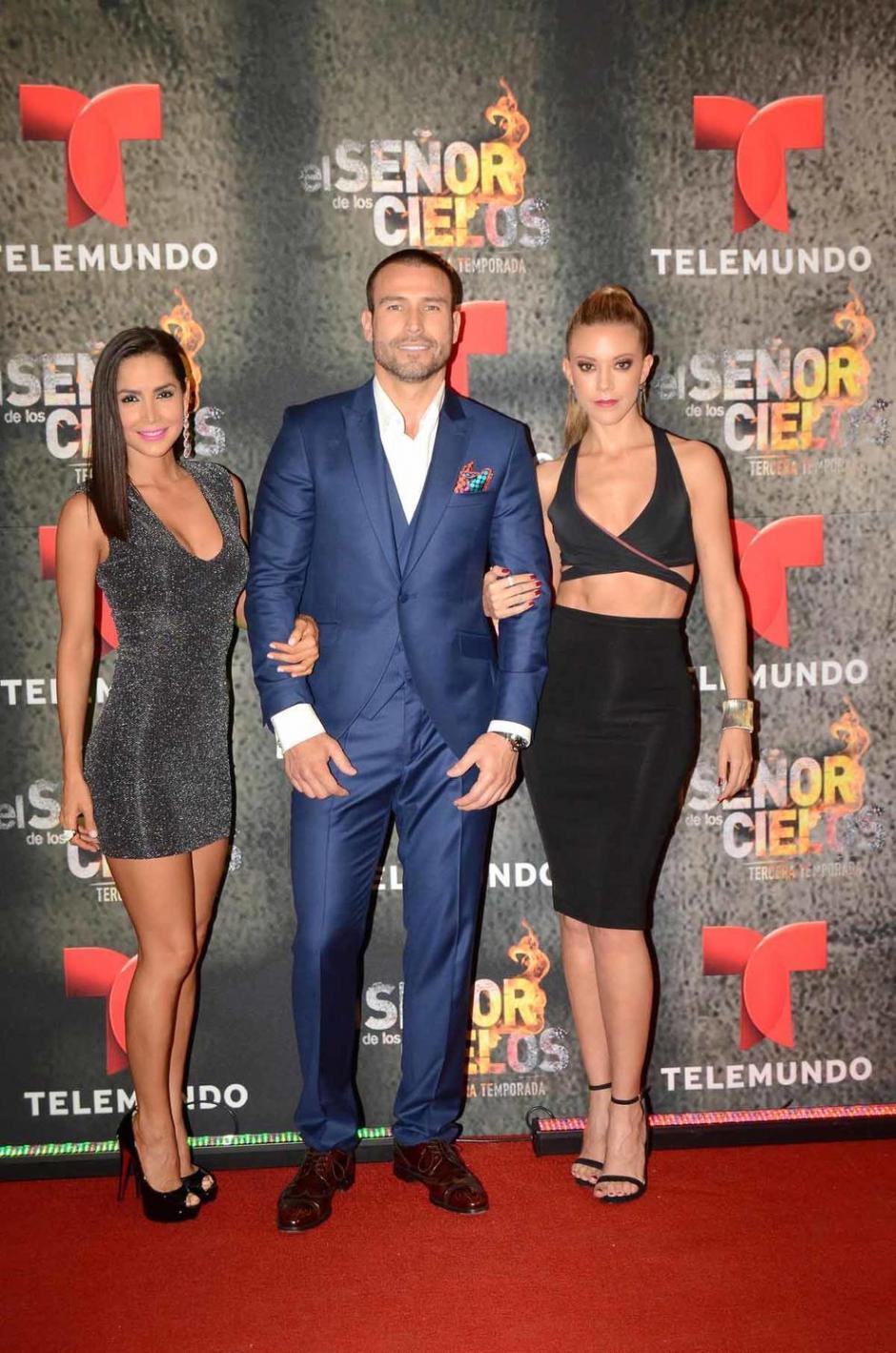 Carmen Villalobos y Rafael Amaya son sus compañeros. (Foto: Telemundo)