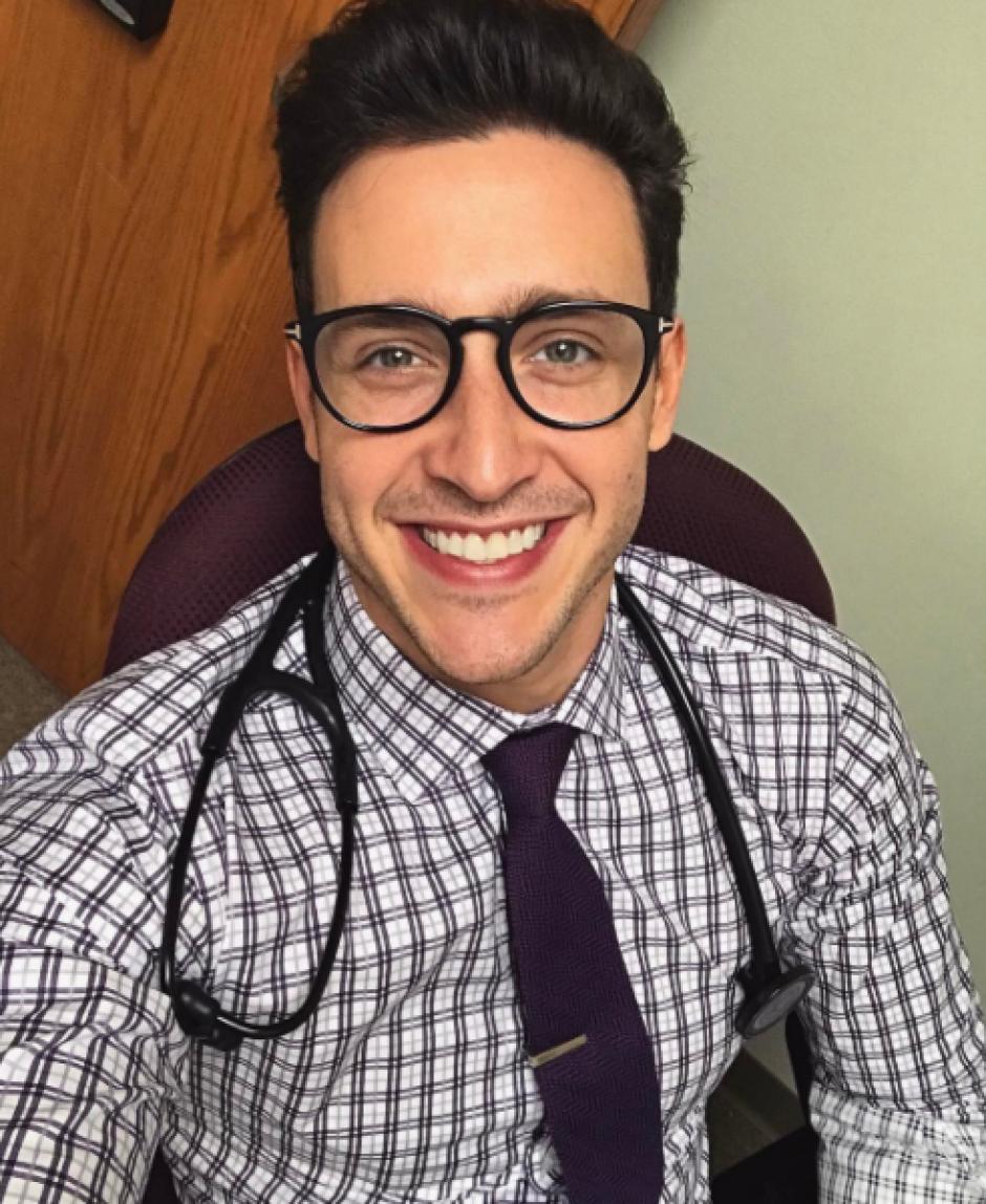 El doctor Mike también es voluntario de la organización AmeriCares. (Foto: Instagram)