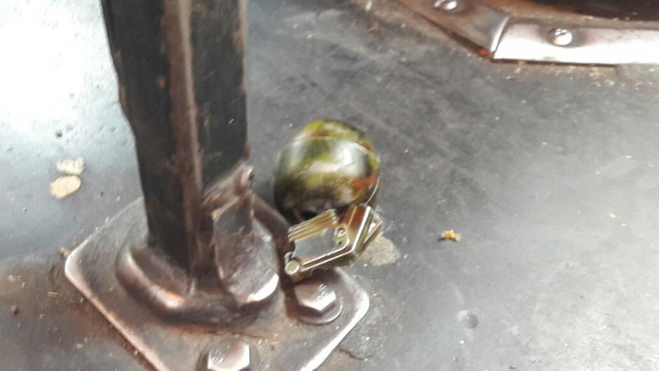 El encendedor con forma de bomba se encontraba abajo de uno de los asientos del autobús de la ruta 36. (Foto: PNC)