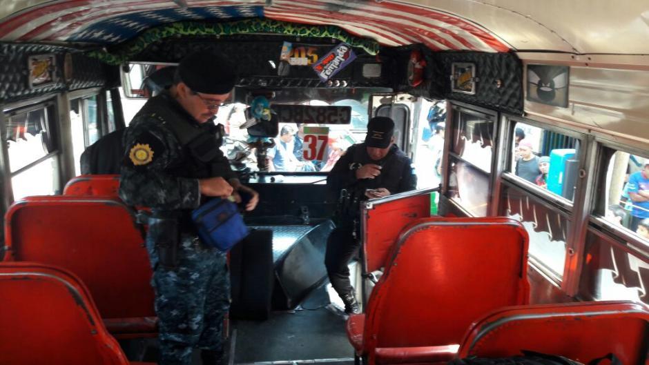 Agentes especializados de DIDAE realizaron la inspección en el interior del bus de la ruta 36. (Foto: PNC)