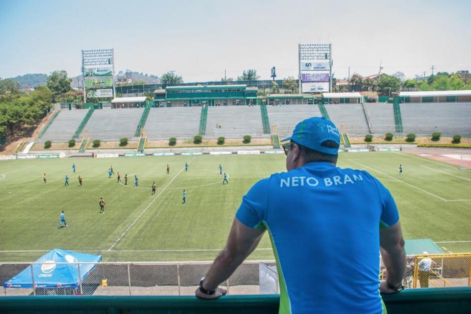 Neto vistió con orgullo la camiseta de Mixco. (Foto: Neto Bran)