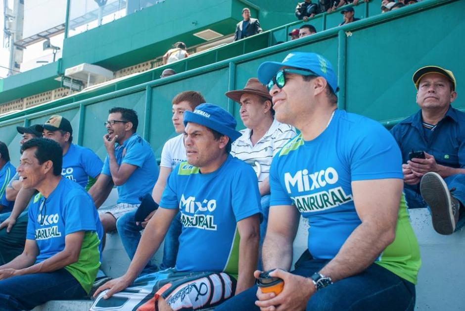 Bran estuvo atento al partido junto a los aficionados. Además,  alentó en el palco del Cementos Progreso a Mixco. (Foto: Neto Bran)