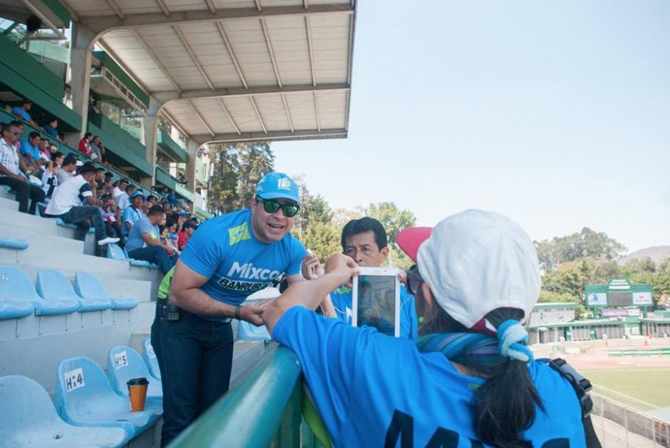 Neto Bran compartió con los aficionados del Deportivo Mixco. (Foto: Neto Bran)