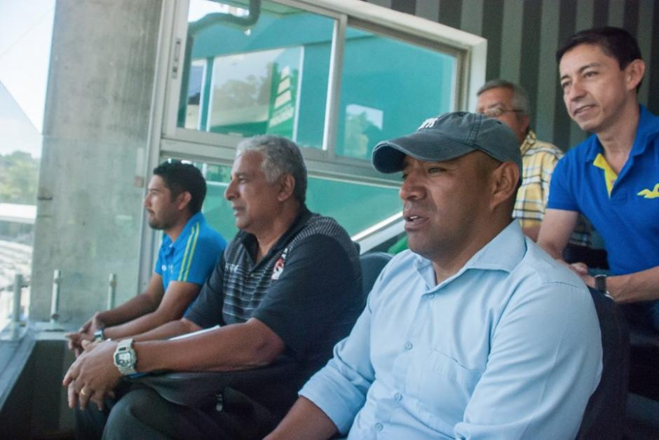 Juan Carlos Plata y David Gardiner vieron el partido desde el palco, ya que no pudieron ser inscritos. (Foto: Neto Bran)