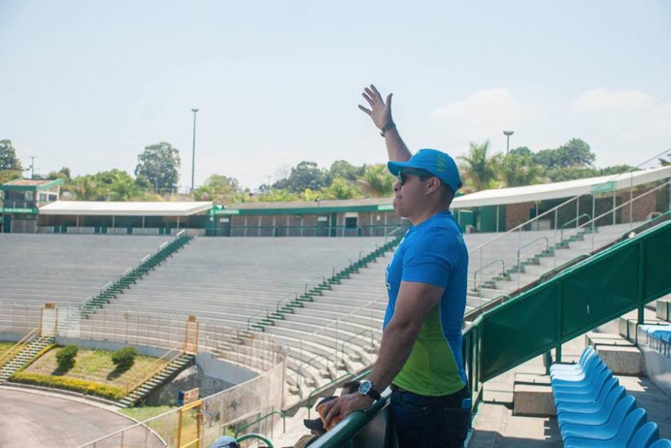 Neto Bran estuvo en el palco del Cementos Progreso alentando a Mixco. (Foto: Neto Bran)
