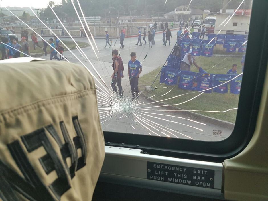 Guastatoya reporta los daños a su autobus en Cobán. (Foto: CD Guastatoya)