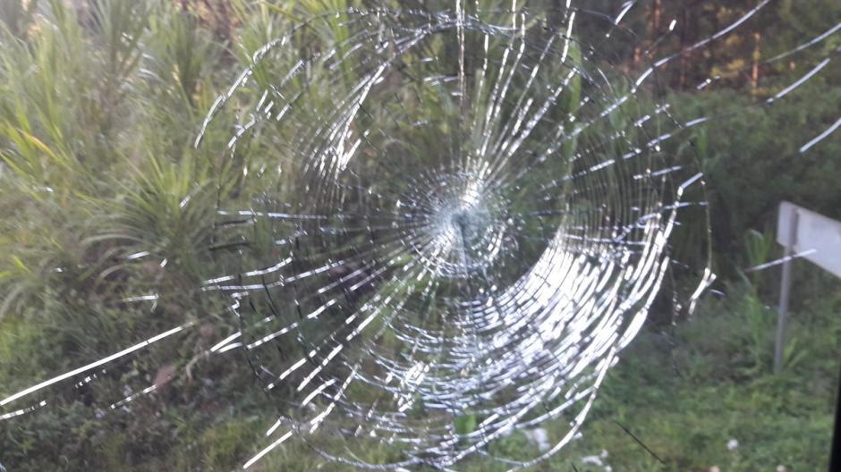Varios vidrios del bus de Guastatoya fueron dañados. (Foto: CD Guastatoya)