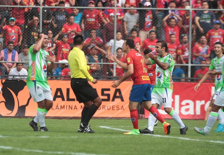 Los jugadores de ambos cuadros reclamaron al árbitro López. (Foto: Soy502)