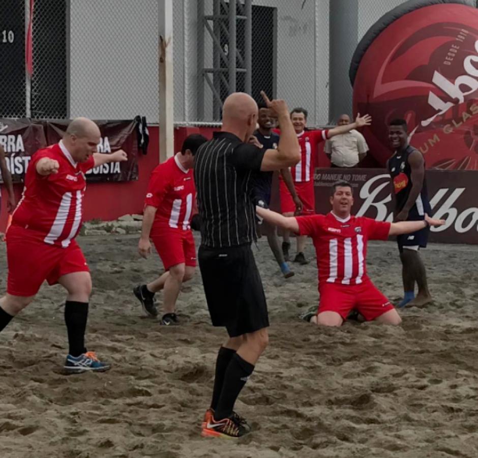 MisterChip y Fuera de Juego disputan partido contra la selección de fútbol playa de Panamá. (Foto: Adán de Gracia/Fepafut)