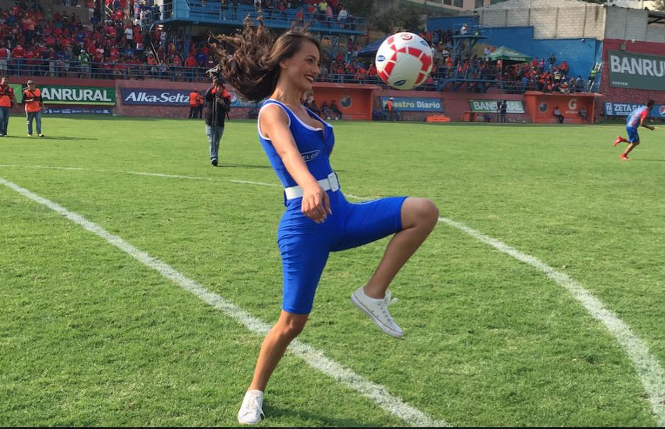 Conoce a Kimberly Esquivel, una bella modelo que disfruta jugar con un balón de fútbol. (Foto: Soy502)