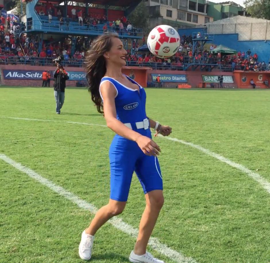 La edecán domina el balón en el medio tiempo del partido Municipal - Antigua GFC. (Foto: Soy502)