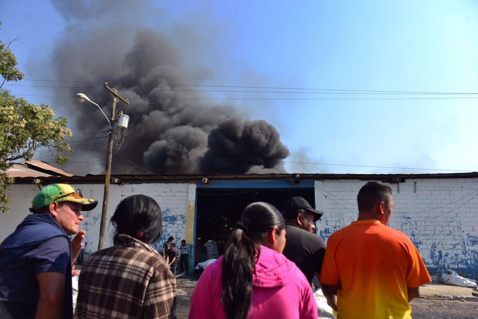 El incendio fue controlado durante la madrugada, pero se reactivó esta mañana. (Foto: Jesús Alfonso/Soy502)