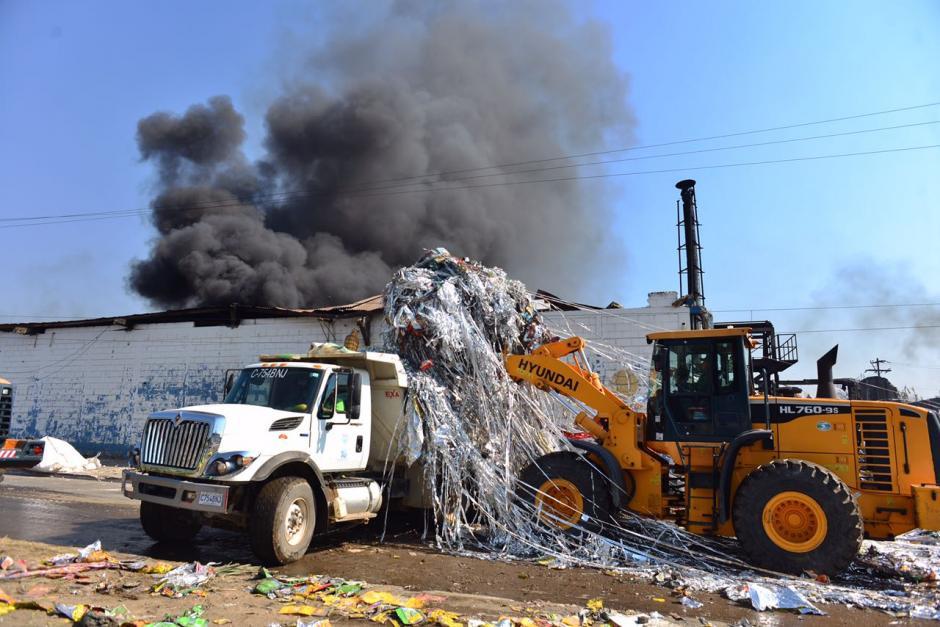 Maquinaria pesada salva material reciclado. (Foto: Jesús Alfonso/Soy502)