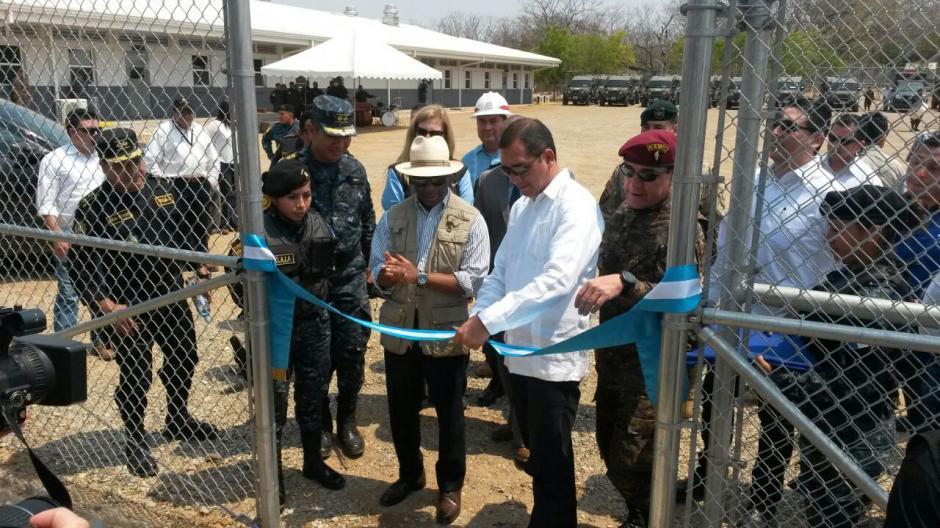 El embajador de EE.UU. Todd Robinson y el Ministro de Gobernación Francisco Rivas inauguran el área administrativa  la Fuerza de Tarea Chortí en Zacapa. (Foto: MinGob)