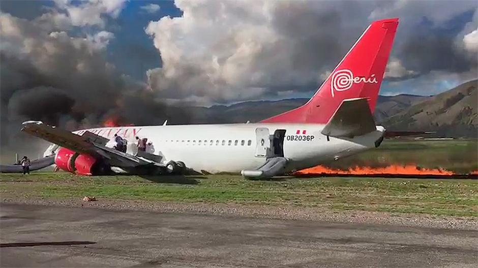 Un Boeing-737 de la aerolínea Peruvian Airlines sufrió un percance al aterrizar. (Foto: Twitter)