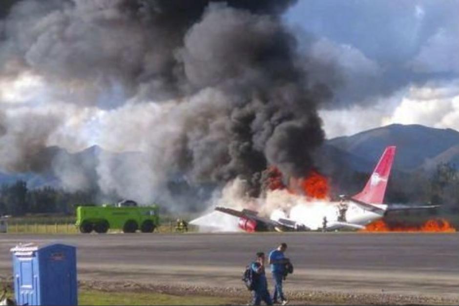 El avión de una aerolínea peruana logró aterrizar pero prendió en llamas. (Foto: Twitter)