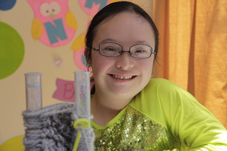 Natalia realiza muchas manualidades como tejer. (Foto: Fredy Hernández/Soy502)