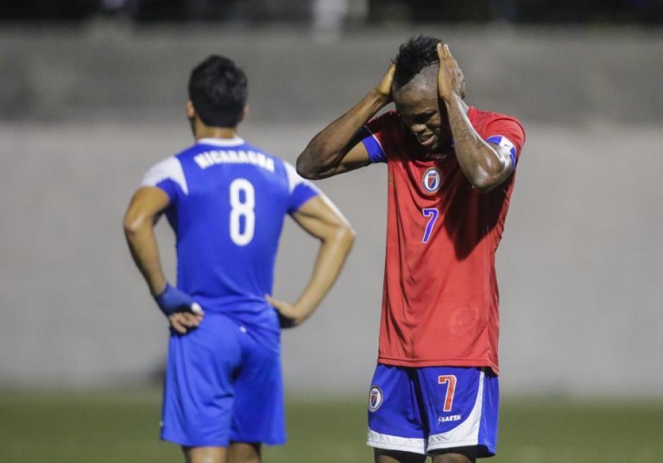 Los jugadores visitantes no podían creer que habían dejado escapar la clasificación. (Foto: AFP)