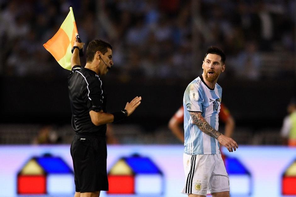 Messi asegura que los insultos no fueron contra el asistente. (Foto: Twitter)