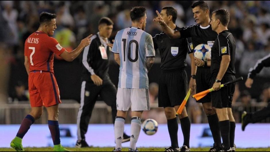 A final del juego Messi volvió a proferir insultos contra el asistente y le negó el saludo. (Foto: Twitter)