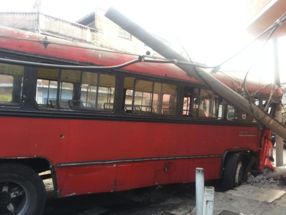Esta vez un bus de transporte público y un picup fueron los protagonistas. (Foto: Twitter/Bomberos Voluntarios)