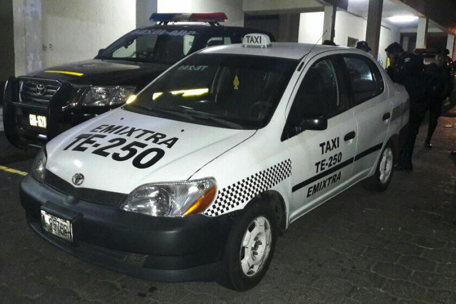 La Policía detuvo un taxi con presuntos delincuentes. (Foto: PNC)