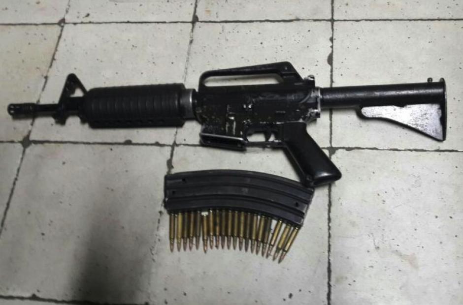 Un fusil y sus municiones fueron decomisadas. (Foto: PNC)