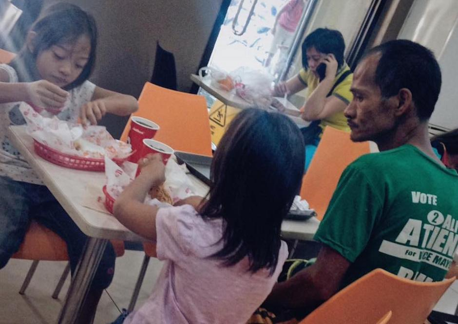 El padre llevó a sus hijas a comer a un restaurante. Él aparentaba que no tenía hambre. (Foto: Jhunnel Sarajan)