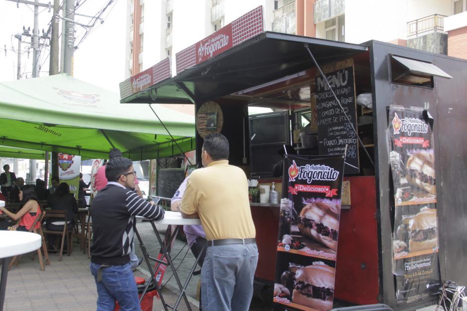 Varias personas se acercan a los camiones de comida para probar sus platillos. (Foto: Fredy Hernández/Soy502)
