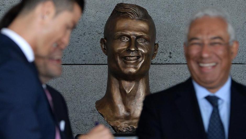 El busto de CR7 develado el miércoles en Madeira inspiró memes y millones de burlas. (Foto: Twitter)