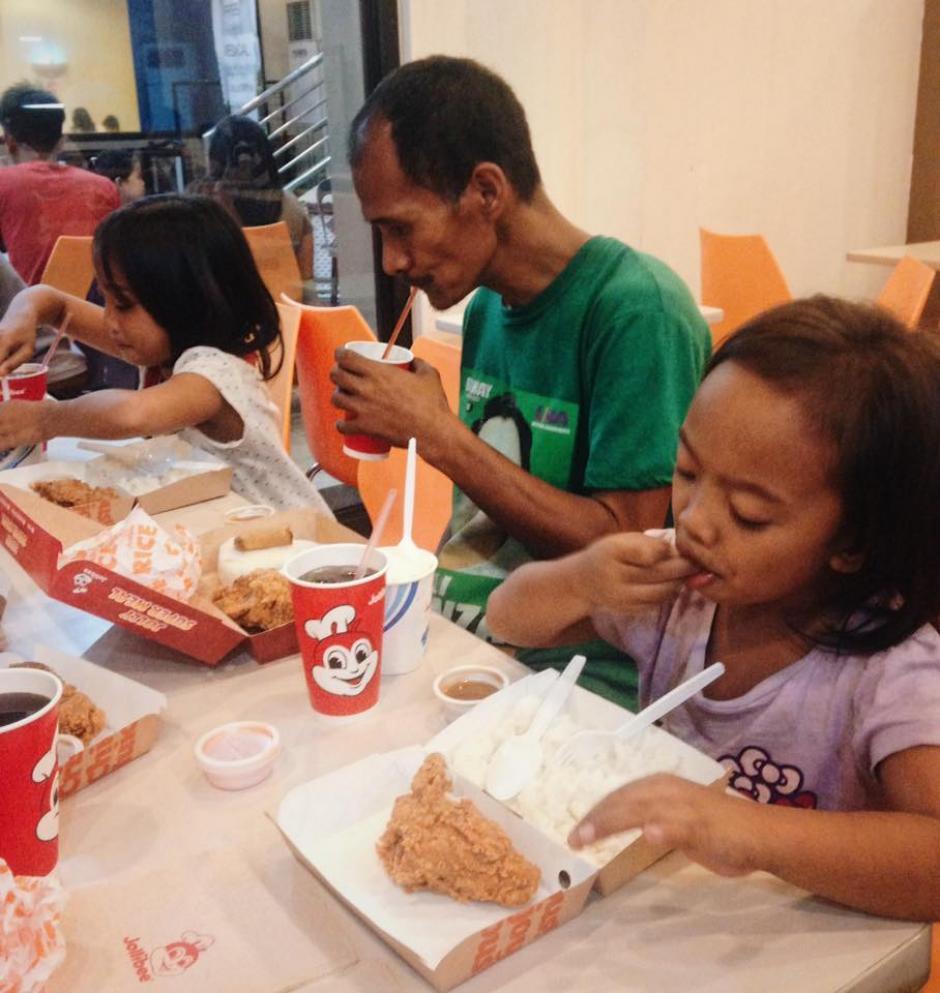 La persona que contó su historia lo invitó a un menú para que comiera junto a sus hijas. (Foto: Jhunnel Sarajan)