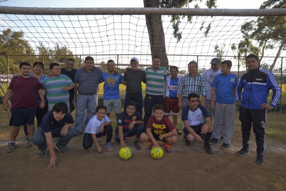 Los alumnos, entrenadores y padres de familia de Dar Fútbol en el Cejusa. (Foto: Wilder López/Soy502)