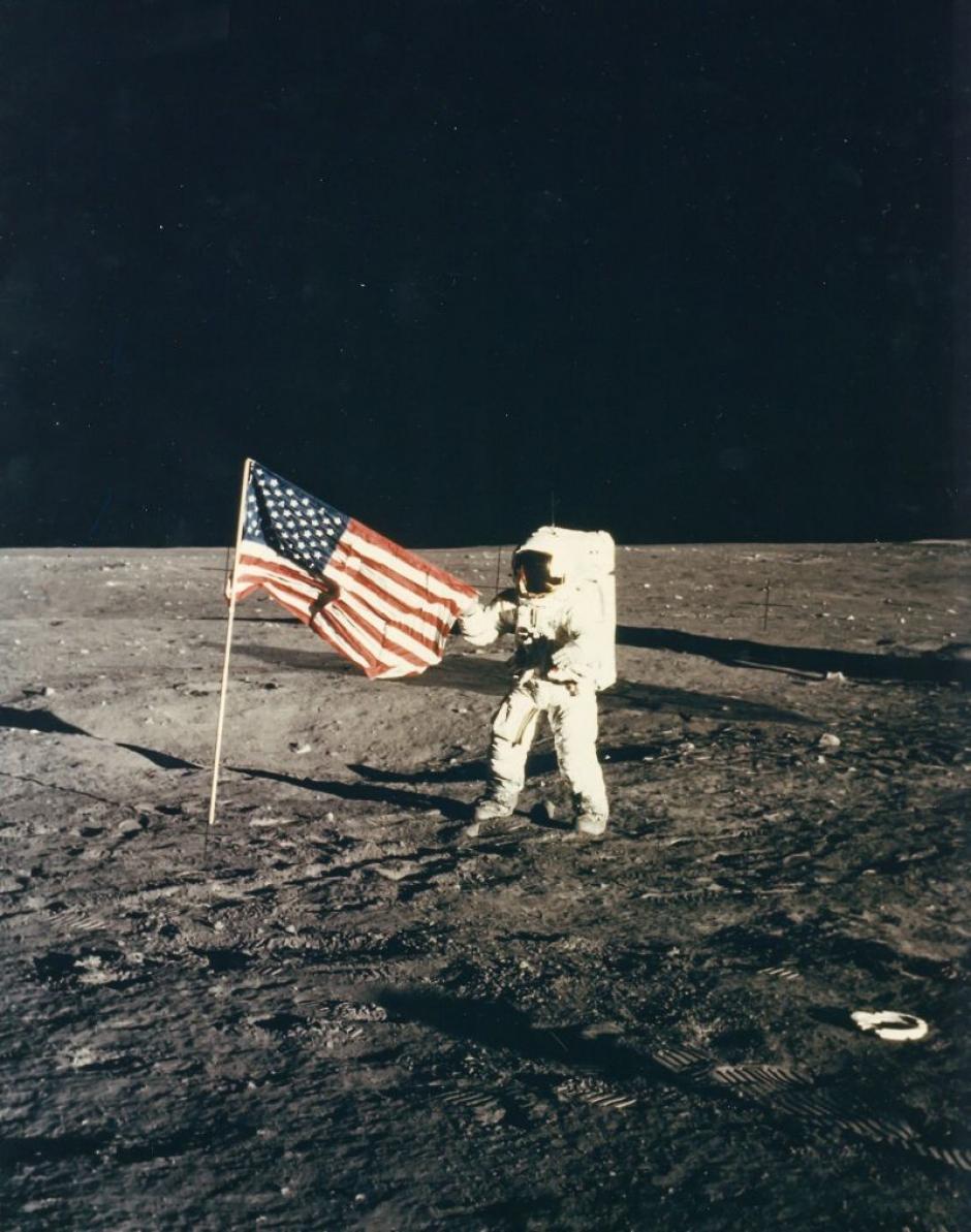 Pete Conrad y la bandera de Estados Unidos en la misión Apolo 12 en noviembre de 1972. (Foto: NASA)