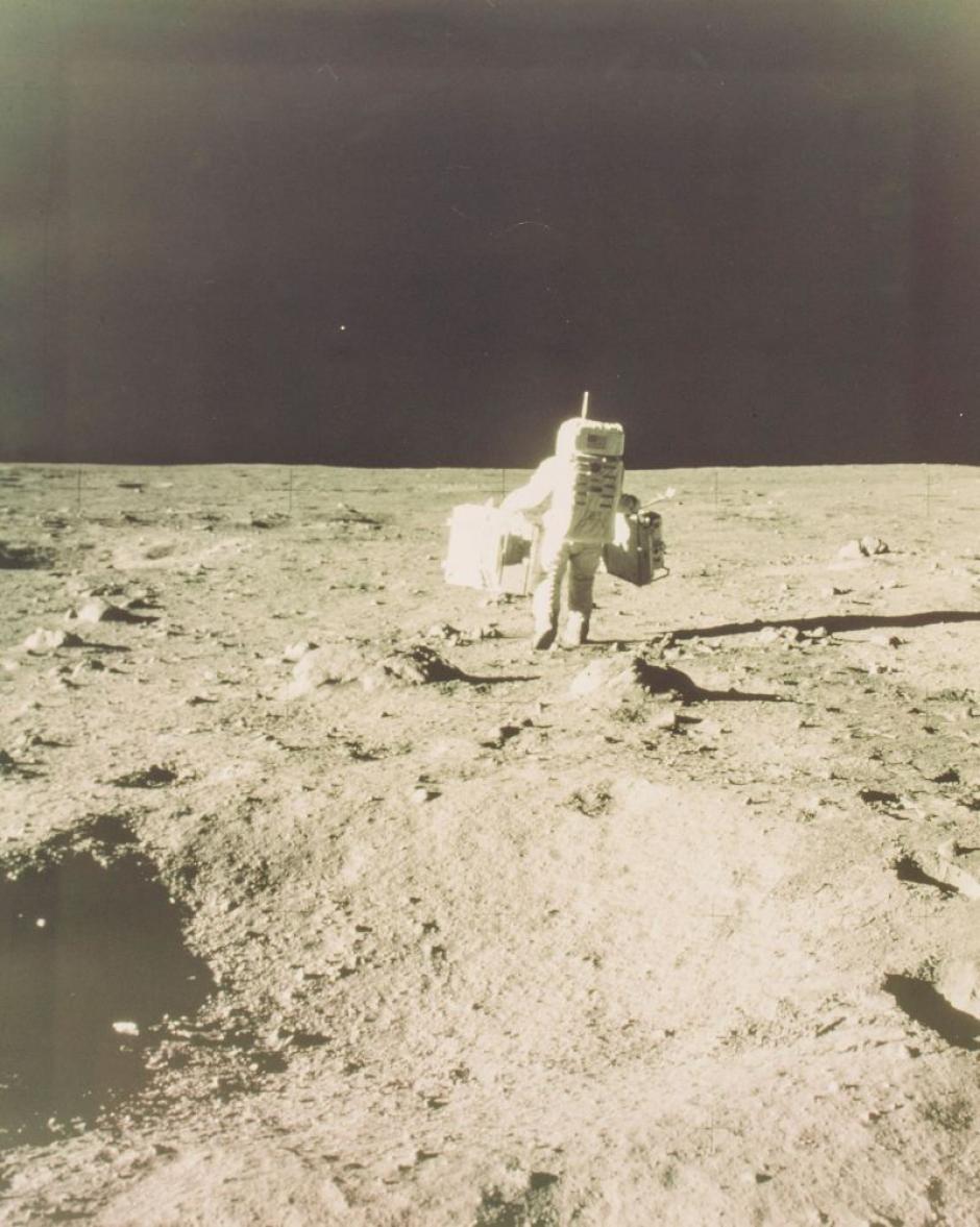 Buzz Aldrin llevando materiales para experimentos de la misión Apolo 11 en julio de 1969 (Foto: NASA)