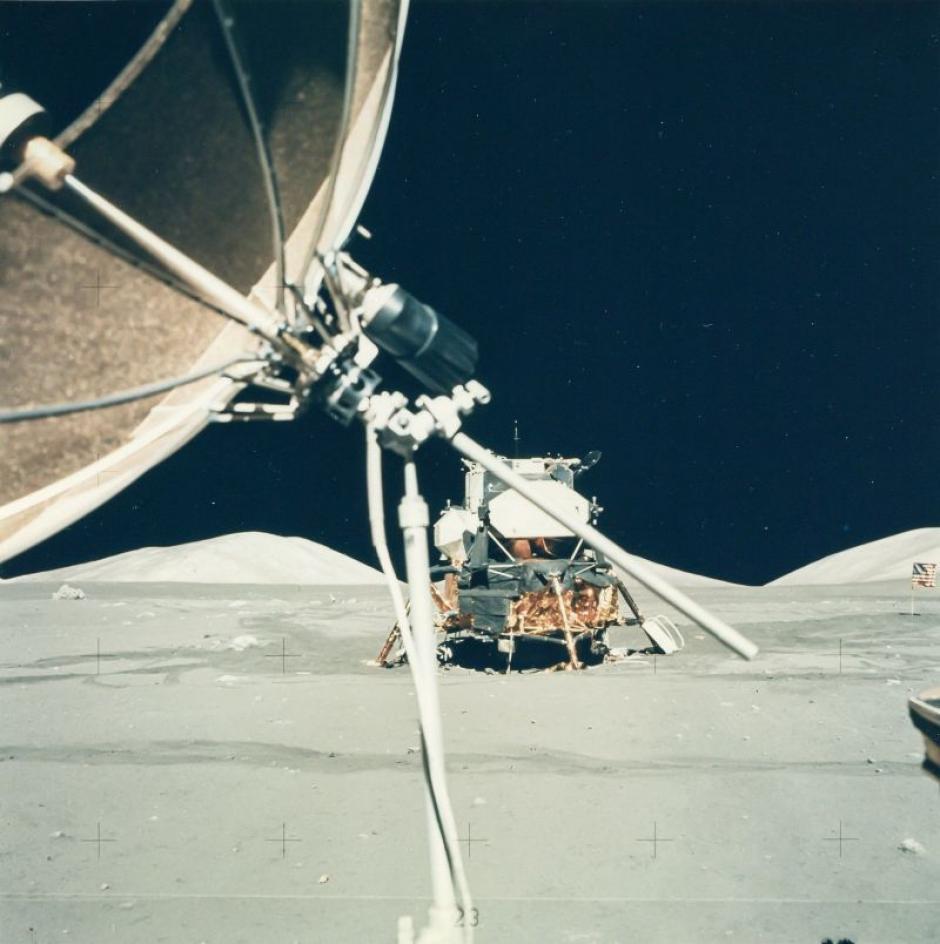 """El Módulo Lunar """"Challenger"""" visto desde el Rover Lunar en diciembre de 1972. (Foto: NASA)"""