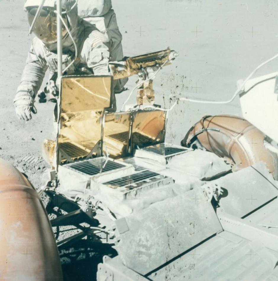 Charles Duke frente al Rover lunar del Apolo 16 en abril de 1972. (Foto: NASA)