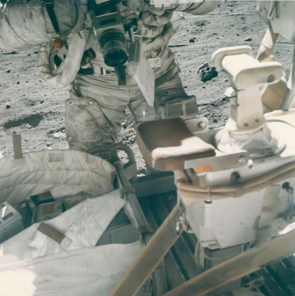 John Young con la cámara Hasselblad en el Apolo 16 en abril de 1972. (Foto: NASA)