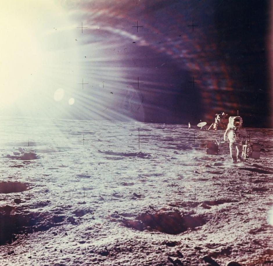 Reflejo del Sol mientras Alan Bean realiza experimentos científicos fuera del Módulo Lunar del Apolo 12 en noviembre de 1969. (Foto: NASA)