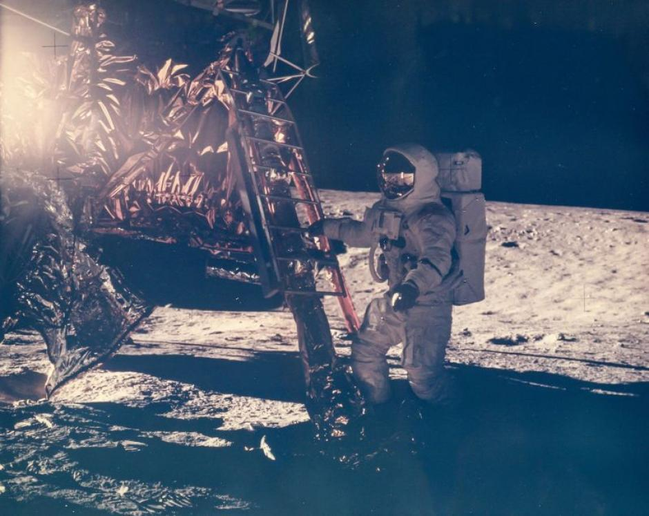 El astronauta Alan Bean descendiendo por primera vez a la superficie de la Luna en la misión Apolo 12 en noviembre de 1969. (Foto: NASA)