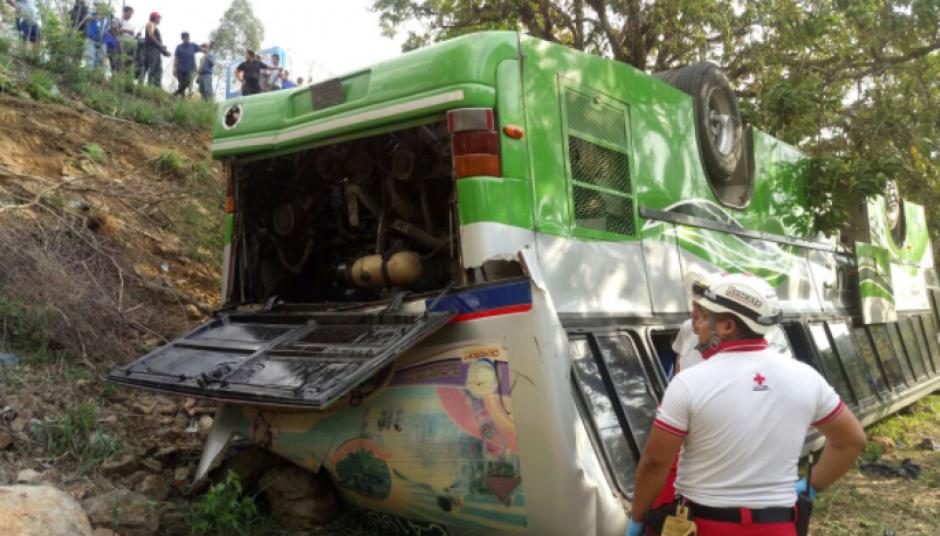 El autobús cayó al barranco. (Foto: Cruz Roja)