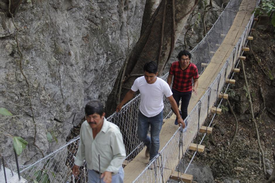 Debes pasar un segundo puente colgante para ingresar a la cueva. (Foto: Fredy Hernández/Soy502)