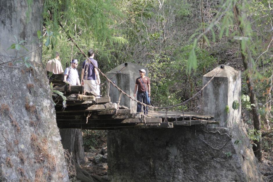 Hay un puente colgante que pasa sobre el río Azul y lleva a los visitantes a una cueva. (Foto: Fredy Hernández/Soy502)