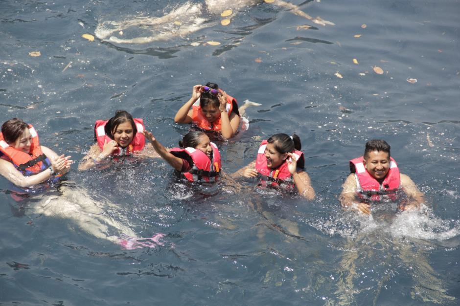 Los visitantes pueden disfrutar de las aguas reposadas en el cenote. (Foto: Fredy Hernández/Soy502)