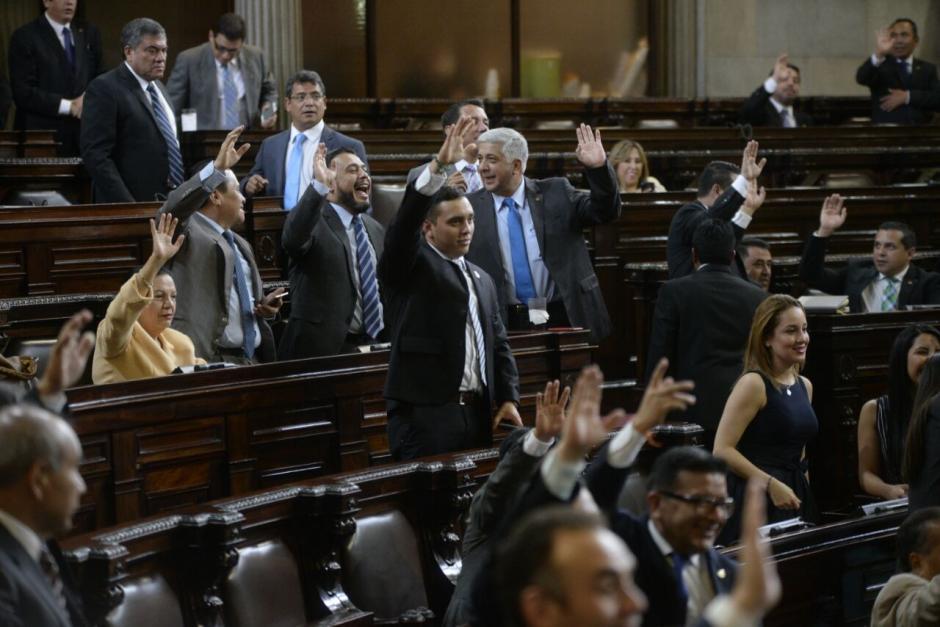 Los diputados levantaron la mano para que se registrara su voto. (Foto: Wilder López/Soy502)
