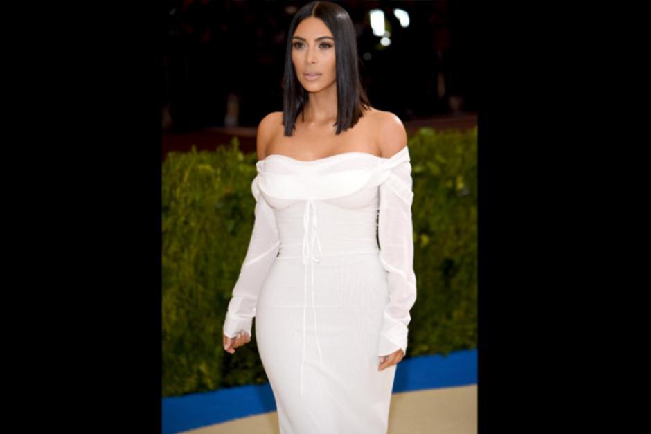 Kim Kardashian llegó a la gala vestida totalmente de blanco. (Foto: CNN)
