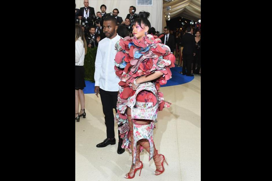 Rihanna llegó luciendo este atuendo. (Foto: CNN)