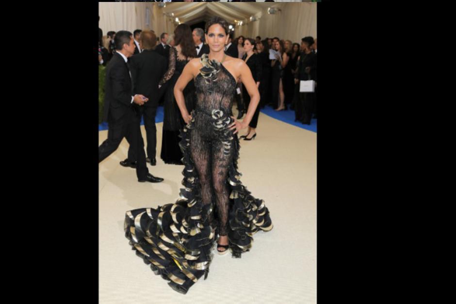 Halle Berry asistió con este traje a la gala. (Foto: CNN)