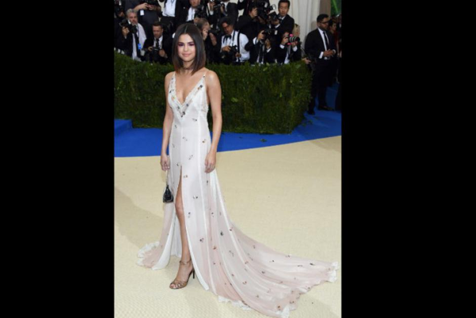 Selena Gomez llegó en este sensual traje. (Foto: CNN)