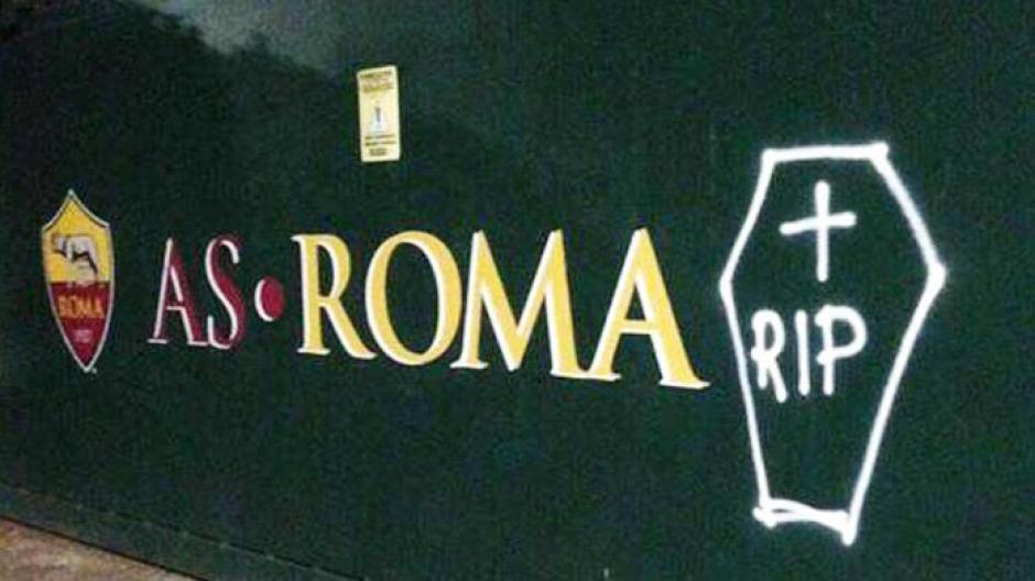 Aficionados del Lazio vandalizan la  sede de la Roma. (Foto: Twitter)