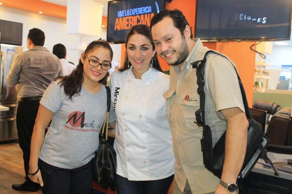 Los presentes aprovecharon la actividad para conocer a Mirciny Moliviatis. (Foto: Felícito Nehemías Gutiérrez Vásquez / corresponsal ND)